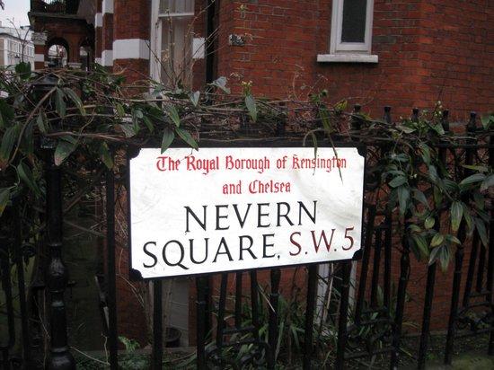 Twenty Nevern Square: Insegna della piazza