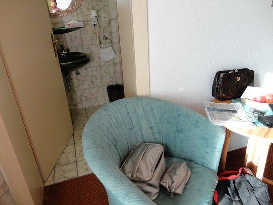 Strandhotel Entner: Platzangebot zwischen Bett und Badezimmer