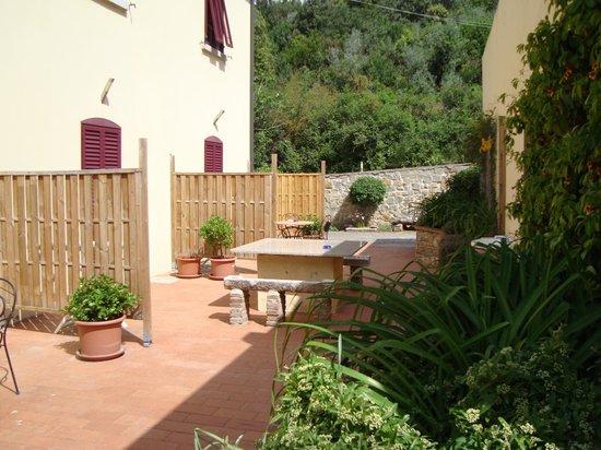 La Fucinaia Bed and Breakfast : Sitzplätze im Hof