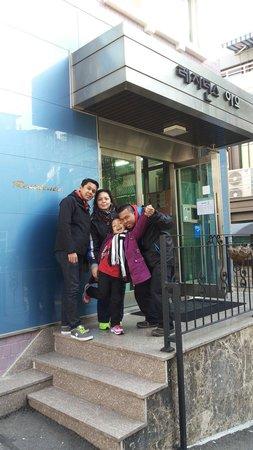 Zaza Backpackers Hostel: Guest from Singapore....we like the place...near Myeongdong shopping area....Thx u Residence EO