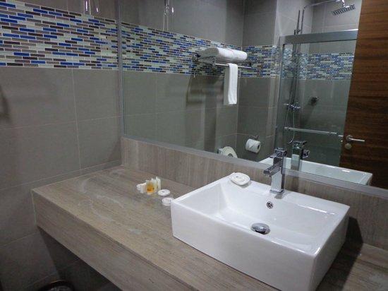 Mykonos Hotel & Convention Center: Salle de bains de la King Room