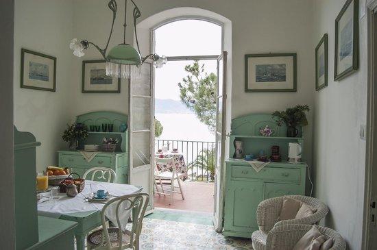 B&B la Batteria : la sala da colazione con terrazza vista mare