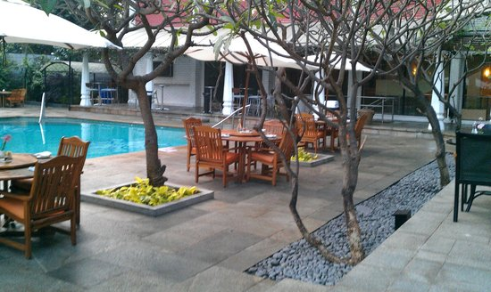 Vivanta by Taj - M G Road, Bangalore: Poolside Dining Area