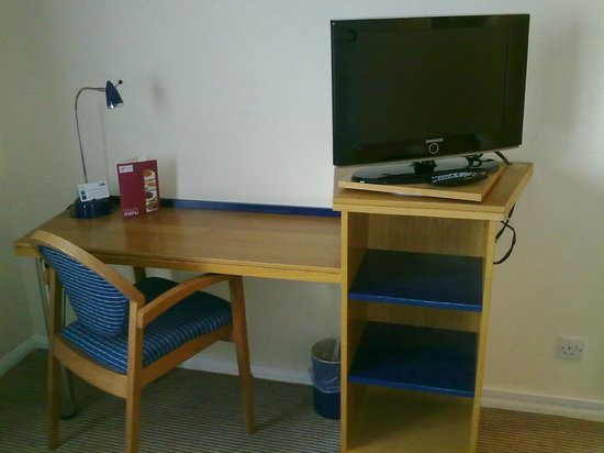 Holiday Inn Express Peterborough: Desk and TV