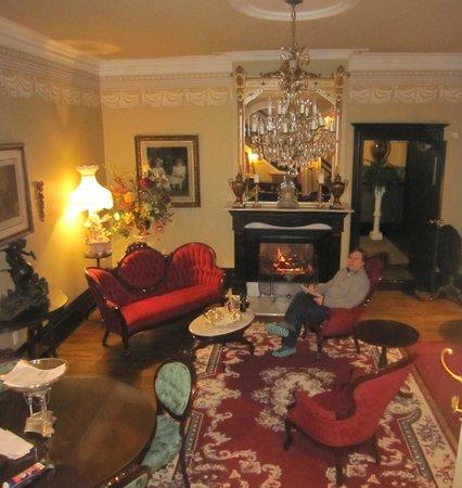 Hotel Le Clos St-Louis: Enjoying the beautiful, cozy sitting room.