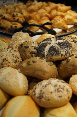 BEST WESTERN Hôtel du Casino le Phoebus : Variétés de petits pains BIO sur le buffet du petit-déjeuner