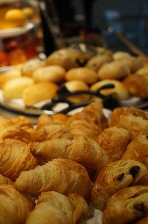 BEST WESTERN Hôtel du Casino le Phoebus : Présentation buffet petits-déjeuners