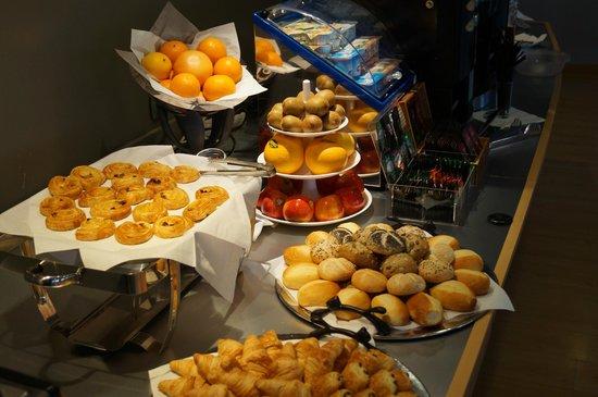 BEST WESTERN Hôtel du Casino le Phoebus : Buffet petits- déjeuners