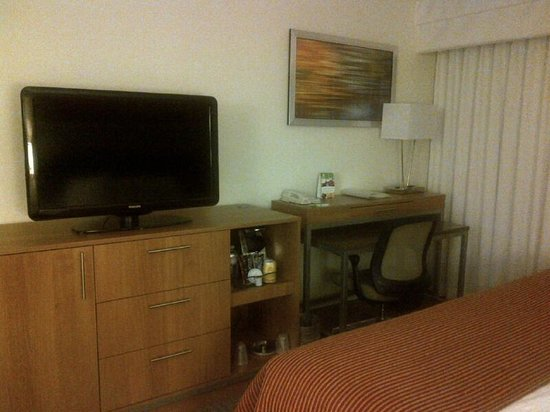 Holiday Inn Atlanta - Perimeter / Dunwoody : Work Station and TV