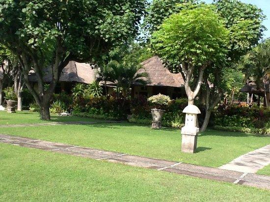 Taman Sari Bali Resort & Spa: View to little grass shack