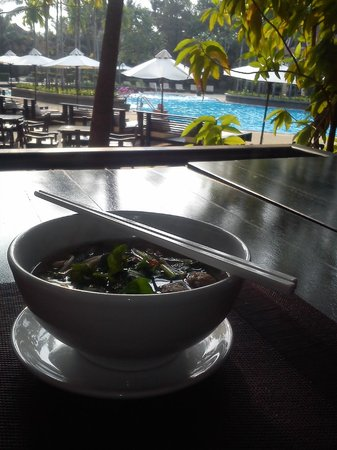 Borei Angkor Resort & Spa: buffet breakfast overlooking pool