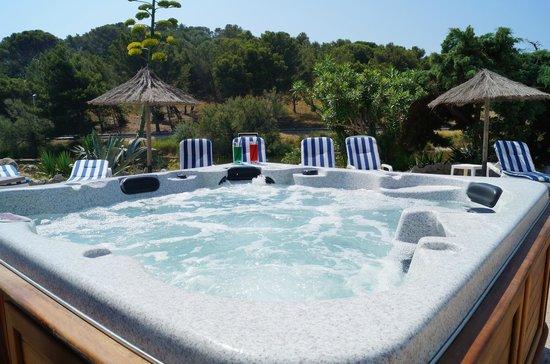 BEST WESTERN Hôtel du Casino le Phoebus : Spa américain au bord de la piscine d'été
