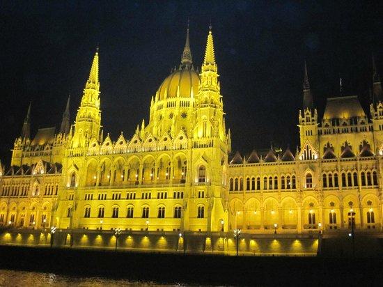 Cosmo City Hotel : parlamento