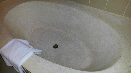 Sokha Beach Resort: Badewanne war nicht sehr einladend, wir benutzten nur die Dusche, die extra vorhanden war.