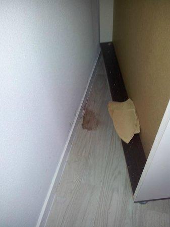 Hotel & Residence Hoteliere Duguesclin: l occupant précédent n'a pas nettoyé,femme de menage non plus