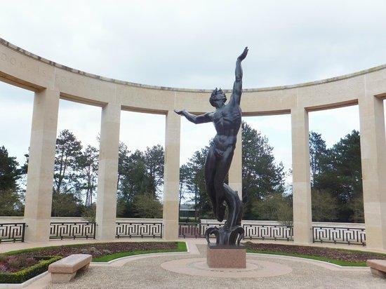 Monumento y Cementerio Estadounidense de Normandía: Statue représentant la jeunesse américaine sacrifiée pour la liberté de l 'Europe.