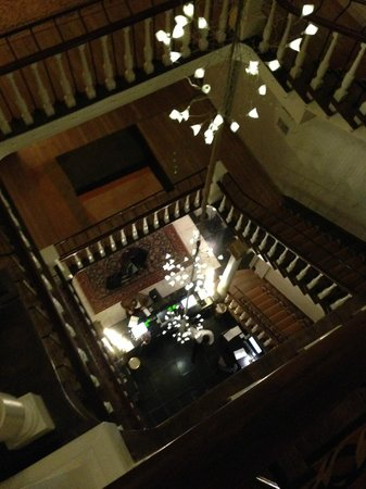 Hotel Dukes' Palace Bruges: Central staircase from 3rd floor