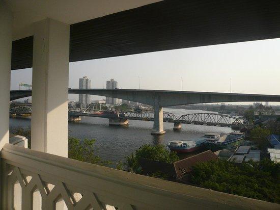 Anantara Riverside Bangkok Resort: バルコニーからの眺め(部屋は704号室)