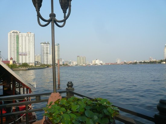 Anantara Riverside Bangkok Resort : 船着き場付近の眺め