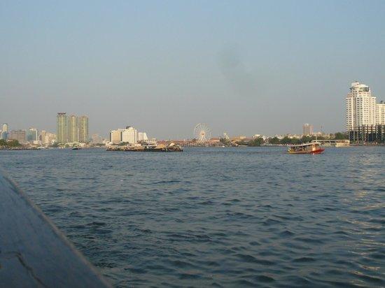 Anantara Riverside Bangkok Resort: 船着き場からサパンタクシン方向のチャオプラヤー川の景色