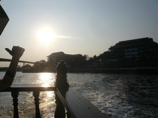 Anantara Riverside Bangkok Resort: サンセットクルーズなどが有るため、夕方から船着き場が混む