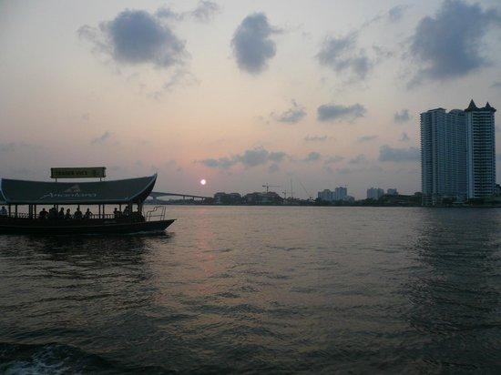 Anantara Riverside Bangkok Resort: サパンタクシンの各リバーサイドホテルの送迎船(15分おき