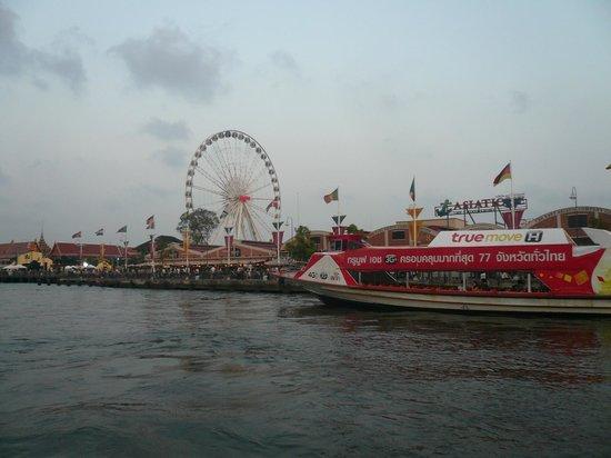 Anantara Riverside Bangkok Resort: アジアンティックを通過中