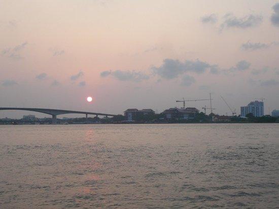 Anantara Riverside Bangkok Resort: アナンタラに沈む夕日