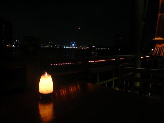 Anantara Riverside Bangkok Resort : 対岸のアジアンティックとリバーサイドのバー