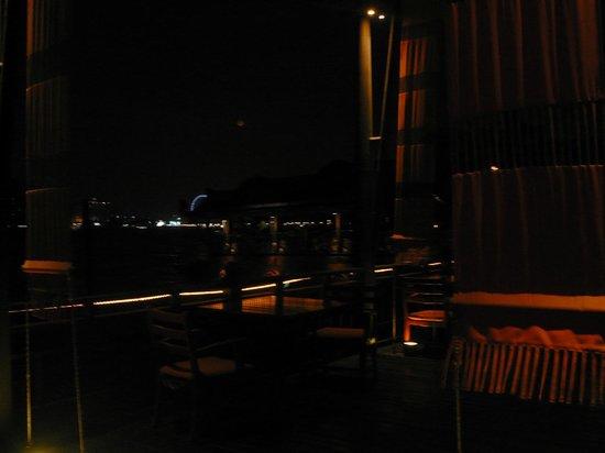 Anantara Riverside Bangkok Resort : 夜になるとアジアンティックがライトアップされ夜景も楽しめる
