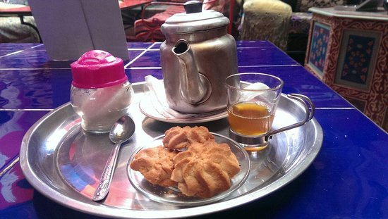 Hostel Riad Marrakech Rouge: Constant supply of Moroccan tea and biscuits