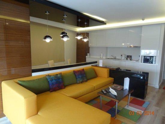 Aura Suites: 2 BDR SUITE -LIVING &DINING