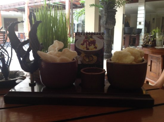 The Phoenix Hotel Yogyakarta - MGallery Collection : Snacks with drinks all day long