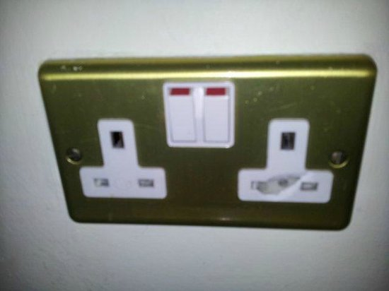 Holiday Inn Cambridge: Damaged plug socket