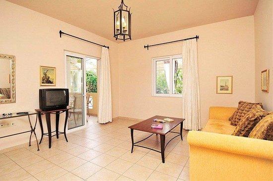Lambrinos Suites: SITTING ROOM