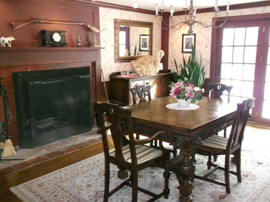 Applewood Manor Bed & Breakfast: Dining room