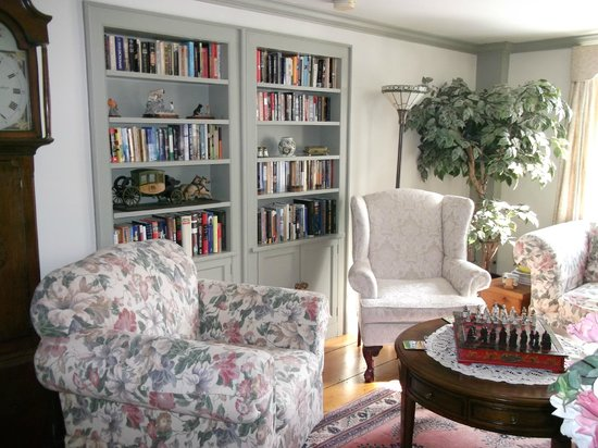 Applewood Manor Bed & Breakfast: Library