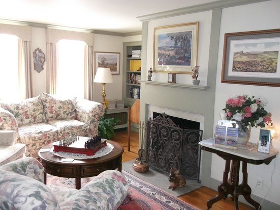 Applewood Manor Bed & Breakfast: Another library photo