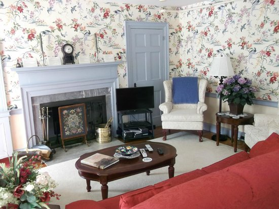 Applewood Manor Bed & Breakfast: Sittng/tv room