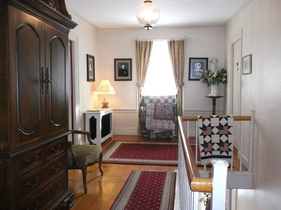 Applewood Manor Bed & Breakfast: Upstairs hallway