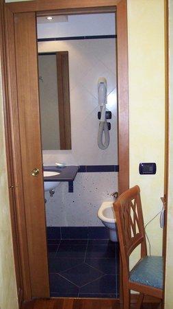 Hotel Centro Roma: Bagno cam.304, con finestra