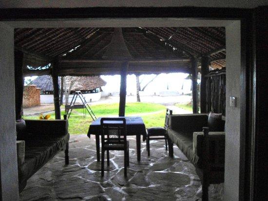 Kusini Beach Cottages: veranda della camera
