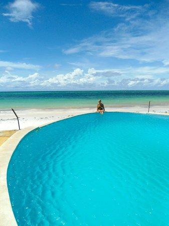 Kusini Beach Cottages: sul bordo della piscina