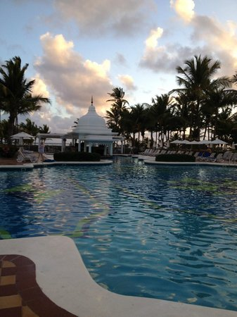 Hotel Riu Palace Punta Cana: pool with swim up bar