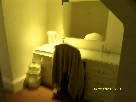 Afton Hotel: part of the bedroom