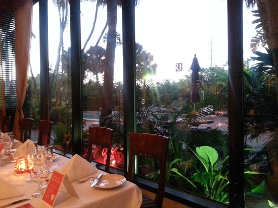 Regency Hotel Miami: Pleasant Dining Room overlooking garden and pool