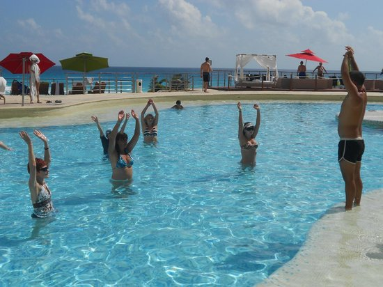 Sunset Royal Cancun Resort: Gimnasia en la pileta
