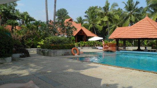 Poovar Island Resort: Pool area with restaurant and swim up bar