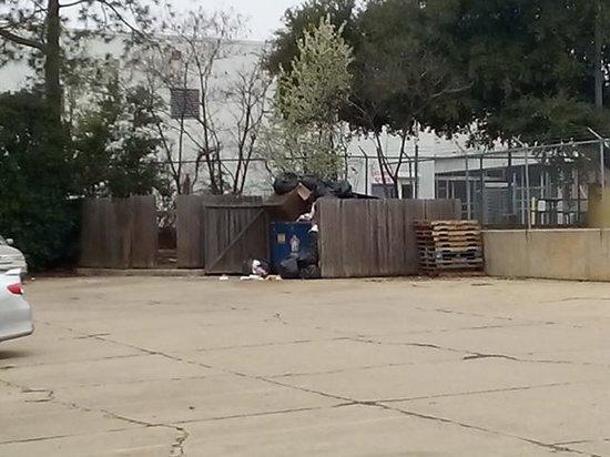 Merryton Inn: hotel dumpster
