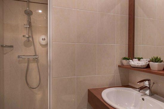 Hotel de Geneve: salle de douche